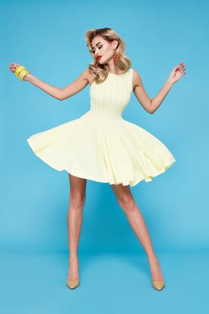 blonde yeux bleus: Belle sexy jeune femme d'affaires avec des cheveux blonds maquillage de soir�e v�tue d'une robe