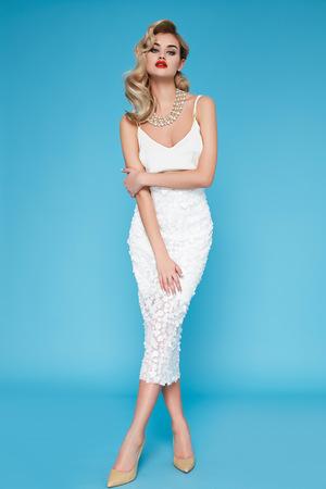 ドレスを着て夜メイクで美しいセクシーな若いビジネス女性金髪髪に合わせて会議や散歩の秋コレクション完璧なボディ形状のトップとかかとの高い靴ビジネス服 写真素材 - 40443941