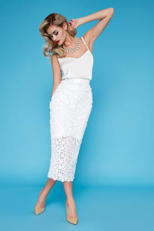 Schöne reizvolle junge Frau mit dem blonden Haar Abend Make-up trägt ein Kleid Anzug oben und Schuhe mit hohen Absätzen Business-Kleidung für Tagungen und Spaziergänge Herbstkollektion perfekten Körperform