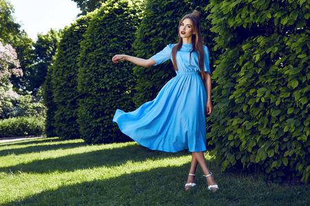 短いドレスを着てセクシーな若い美人ブルネットの髪夜化粧トップ スカート ハイヒール靴ビジネス服会議歩く夏秋コレクション公園太陽の下で完璧