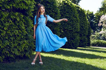 falda: Morena de pelo atractiva hermosa maquillaje de noche mujer joven que llevaba falda corta encima del juego de vestido de los altos talones zapatos ropa de negocios reunión camina colección de otoño de verano perfecto en el parque de sol brille la forma del cuerpo
