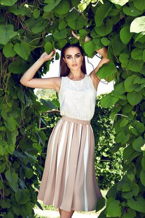 short skirt: Morena de pelo atractiva hermosa maquillaje de noche mujer joven que llevaba falda corta encima del juego de vestido de los altos talones zapatos ropa de negocios reuni�n camina colecci�n de oto�o de verano perfecto en el parque de sol brille la forma del cuerpo