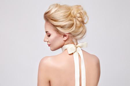 首体顔髪純粋な自然の美しさ、有機ダイエット調和、メイク化粧品にシルク リボン付きの美しい穏やかな若い金髪女性の柔らかいファッション ポー 写真素材