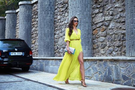 брюнетка: Красивая девушка ходьба