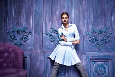 Mooie sexy jonge vrouw 's avonds make-up draagt jurk pak top rok hoge hakken schoenen zakelijke kleding voor vergaderingen wandelingen herfst vallen collectie party meubels deur muur perfecte vorm van het lichaam