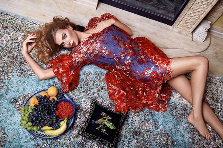 長い髪のブロンドおよび部屋寝室ベルベット枕豪華な家具ファッション ベッド完璧なボディ形状フルーツ ビタミン化粧肌、シルクのレースのイブニ 写真素材