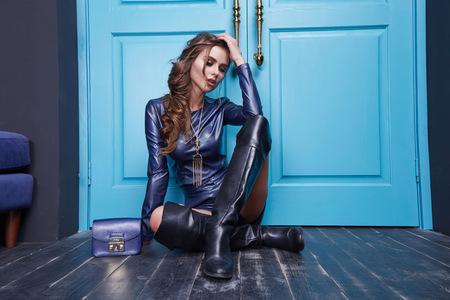 skirts: Mujer atractiva hermosa de vestir de cuero azul de la ropa del estilo manera del traje de accesorios bolsa de cosméticos componen puerta azul colección de ropa interior.