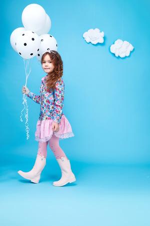 美しい小さなかわいい女の子笑顔長い黒い髪を取る風船着用スタイル ファッション シルク コットン ドレス春気分子供服子供の頃の娘の可愛い顔コ