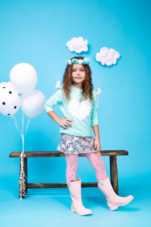 falda: Pequeño pequeño sombrero hermoso cabello oscuro bastante linda chica con flores desgaste de la manera estilo de ropa tendencia de vestir falda blusa sonrisa zapato jugar con la hija de banco cabrito feliz y globos salto de la danza los niños