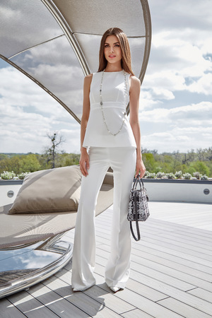 Mujer De Moda Llevar Traje De Seda Elegantes Pantalones De La Blusa De Bolso O Champan De Recogida De Ropa De Verano El Tiempo Del Partido Del Estilo De Vida De Lujo