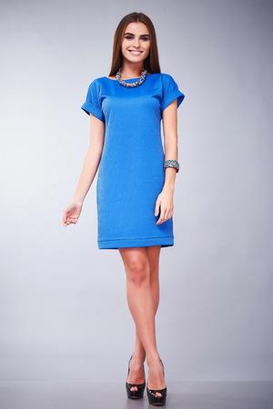 Katalog von Modedesigner Kleidung lässig und Büro Geschäftsfrau Stil Kleid für Treffen zu Fuß und das Datum schön sexy Mädchen, das langes Haar natürliches Make-up Lächeln hübsches Gesicht Zubehör perfekten Körper dünn