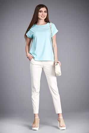 美しさセクシーな女性スタイリッシュなカジュアルな服装で歩くシルク ブラウス綿を満たすためパンツ ハイヒールの靴バッグ メイクアップ スタジ
