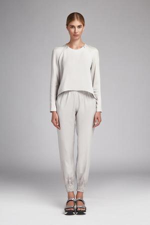 長いブロンドの髪を持つ美しい若いセクシーな女の子は、カジュアルなデザイナー服シルクの白いスーツ サンダル靴自然化粧完璧なフィギュア アク