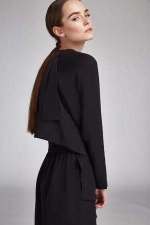 ファッション モデル純粋な自然の美しさのストリート スタイル カジュアル服化粧ジュエリー アクセサリー化粧品顔体肌ケア サロン摩耗黒ドレスの 写真素材