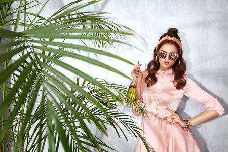 美しいセクシーな女性服ファッション デザイン ドレス グラマーなスタイル モデル ポーズ エレガンス ビジネス カジュアル セレブ女性党時間アク