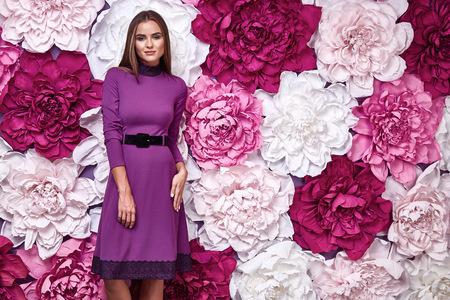 Porträt einer schönen jungen Frau, sexy Make-up Parfüms Schönheit Hintergrund im Studio lila Mode Kleid Bekleidungszubehör Katalog Blume Stil für die Körperpflege Kosmetik Gesichtscreme Standard-Bild