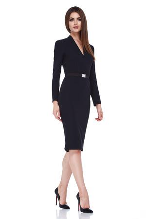 Mooie sexy brunette vrouw zakelijke kantoor stijl mode kleding zomer val collectie perfecte vorm van het lichaam mooie gezicht make-up smile wear zwarte jurk blouse rok casual accessoire glamour model. Stockfoto
