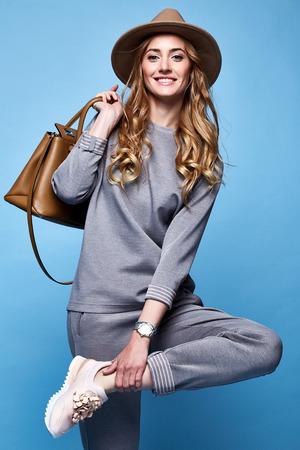Belle femme sexy glamour style de mode vêtements habillement habillement décontracté chemise et pantalon à la mode accessoire sac catalogue de chapeaux collection de printemps décontracté femme d'affaires fête date rencontre maquillage confort sport.