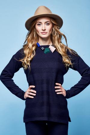 女性服ウール カシミヤ スーツ ズボン セーター紺色アクセサリー ジュエリー ネックレス ファッション モデル ポーズ スポーツ摩耗カジュアル スタ