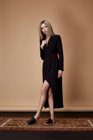 Fashion model pose fore catalogus zomer collectie designer kleding casual lange zwarte jurk kantoor partij lopen vergadering mooie schoonheid vrouw blond haar natuurlijke make-up elegantie dame zakenvrouw sexy.