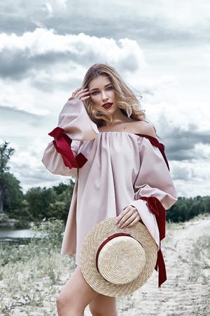 섹시 한 금발 여자 완벽 한 몸 모양 예쁜 얼굴, 착용, 컬렉션, 캐주얼, 디자이너, 드레스, 액세서리, 밀짚, 모자, 스카이 라인, 아름다움, 여름, 자연, 모