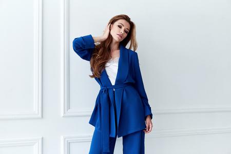Van het de vrouwen mooie gezicht van de manierglamour sexy model mooie van de de vage huid van het de huidzorg perfecte de vorm witte van de achtergrond make-updame de kleren van de het kostuumstijl van de de kleren blauwe blauw pak voor de toebehoren van de de gangberoemdheid.