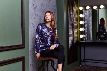 セクシーな女性服のファッションは色椅子監督女優俳優フィルム メーカー楽屋ミラー ランプ光モデル ポーズ容姿の美しさメイク インテリア スタジ