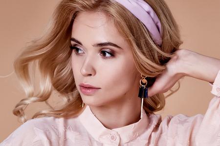 Mooi portret van vrij sexy blond vrouwen lang krullend haar organische cosmetica voor gezichtsverzorging en lichaam hand make-up mode schoonheidssalon spa accessoire en sieraden oorbel hoed stijl blouse perfecte huid.
