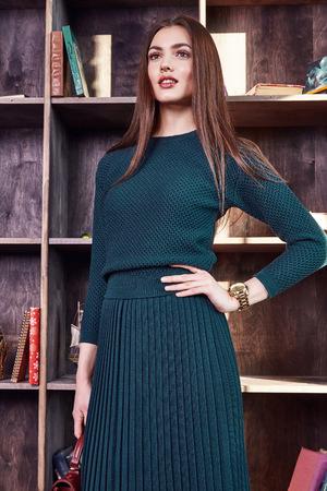 Mode-stijl vrouw perfecte lichaamsvorm brunette haar dragen groene wollen jurk pak elegantie casual mooie model secretaresse stewardess diplomatieke protocol kantoor uniforme stewardess zakelijke dame. Stockfoto