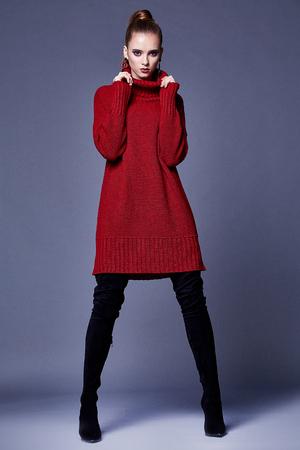 Sexy mooie vrouw elegante dame draag vrijetijdskleding voor elke dag rode wol kasjmier merino gebreide jurk herfst winter collectie schuim zwarte schoenen mode stijl glamour model slijtage trend brunette. Stockfoto