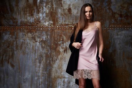 Schöne sexy Brünette Frau perfekte Körperform lange Haare Make-up Make-up Kleid Kleidung rosa Kleid Kleid mit Spitze und Lippenstift Nagellack Schuhe tragen Kleidung Make-up Mode Stil . Standard-Bild - 90062858