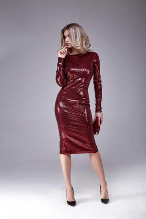 Mooie sexy vrouwenslijtage lux magere glanst de rode stijl van de kledings glanzende lovertjes voor partij viert de salon van de de schoonheidssalon van de Kerstmiskerstmis van de de make-up perfecte lichaamsvorm van het juwelenmodel model de manierkleren. Stockfoto