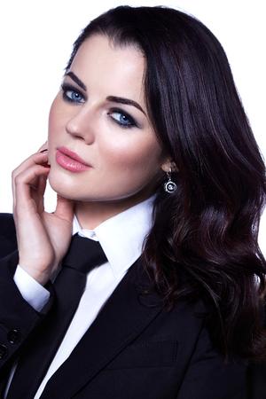 Retrato de mujer de negocios de moda sexy señora jefe secretaria CEO código de vestimenta ropa chaqueta negra blusa blanca corbata negra morena cabello maquillaje cosmético cara accesorio joyería aretes traje profesional.
