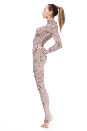 Belle femme blonde corps athlétique parfait vêtu de vêtements décontractés confortables debout dans une pose
