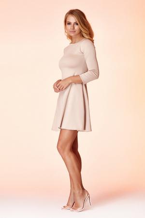 Donna bionda sexy magro vestito stile business colore beige perfetta forma del corpo dieta occupato glamour signora casual stile segretario diplomatico protocollo ufficio uniforme hostess hostess galateo.