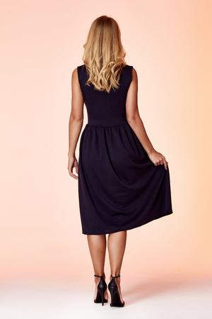 Schönheitsfrauenmodell tragen stilvolle Designtrendkleidung schwarzes dünnes Kleid lässiger formeller Bürostil für Arbeitstreffen-Spaziergangsparty blondes Haar Make-up-Party Geschäftsfrau Sekretärin diplomatisches Protokoll