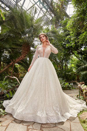 Beautiful woman bride fashion model brunette hair bright makeup pretty wear long silk white dress with lace bridal ceremony wedding espousal in blooming romance garden party marriage happy big day. 版權商用圖片 - 159922726
