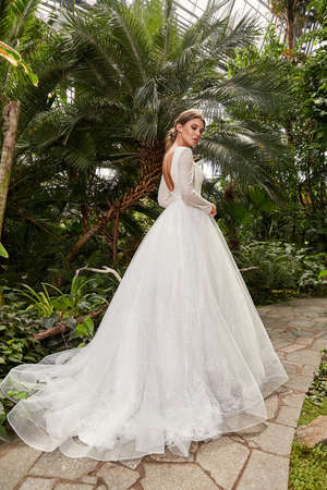 Beautiful woman bride fashion model brunette hair bright makeup pretty wear long silk white dress with lace bridal ceremony wedding espousal in blooming romance garden party marriage happy big day. 版權商用圖片 - 159922740