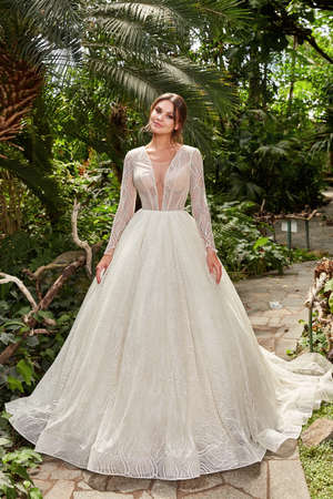 Sexy beautiful woman pretty bride wedding big day marriage ceremony in summer garden wearing long silk and lace white dress bright makeup hairstyle pure love. 版權商用圖片 - 159922743