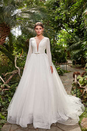 Sexy beautiful woman pretty bride wedding big day marriage ceremony in summer garden wearing long silk and lace white dress bright makeup hairstyle pure love. 版權商用圖片 - 159922978