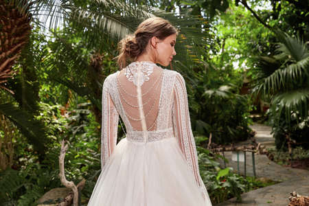 Sexy beautiful woman pretty bride wedding big day marriage ceremony in summer garden wearing long silk and lace white dress bright makeup hairstyle pure love. 版權商用圖片 - 159922979