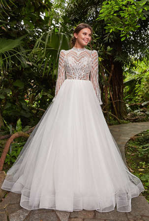 Sexy beautiful woman pretty bride wedding big day marriage ceremony in summer garden wearing long silk and lace white dress bright makeup hairstyle pure love. 版權商用圖片 - 159922981
