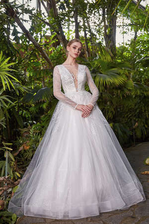 Beautiful sexy woman model bride wearing white long silk and lace wedding dress fashion espousal bright makeup hairstyle blond ceremony in green summer garden love. 版權商用圖片 - 161473930