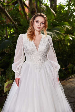 Sexy beautiful woman pretty bride wedding big day marriage ceremony in summer garden wearing long silk and lace white dress bright makeup hairstyle pure love. 版權商用圖片 - 161473936