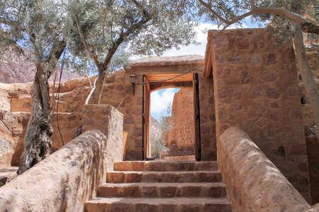 monte sinai: una puerta a un monasterio en el Monte Sinaí, Egipto