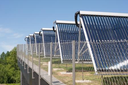cobradores: Colectores solares en la parte superior del edificio Foto de archivo