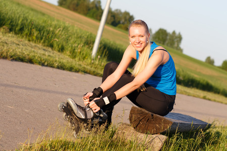 rollerblading: Mujer que va en patines