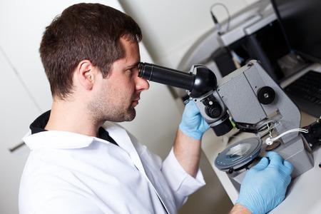 investigando: científico de investigación en la realización de un entorno de laboratorio