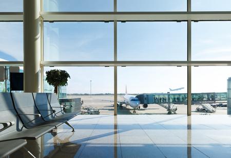 gente aeropuerto: Terminal del aeropuerto, la gente va a avión en el fondo