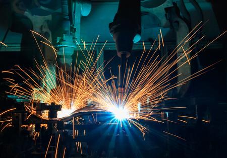 산업용 로봇은 자동차 공장에서 용접 어셈블리 부품입니다.